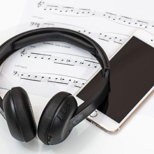 headphones-2789078_1920